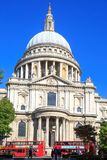 St. Pauls Cathedral und rote London-Bus-rote Bus-Vagabunden sind ein ikonenhaftes Teil London-Leben Lizenzfreies Stockbild