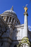 St. Pauls Cathedral und Statue von Saint Paul in London Stockfotografie