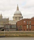 St. Pauls Cathedral von der Themse Stockfotografie