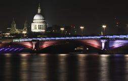St Pauls Cathedral y puente Londres de Waterloo Imagen de archivo libre de regalías