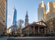 St. Pauls Chapel und ein World Trade Center am Lower Manhattan - New York, USA Stockbild
