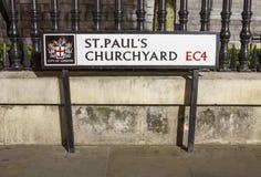 St Pauls Churchyard i staden av London royaltyfri fotografi