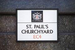 St Pauls Churchyard Street Sign fotografering för bildbyråer