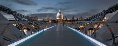 St Pauls da ponte do milênio Foto de Stock Royalty Free