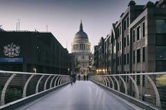St Pauls kathedraal en Millenniumbrug, Londen, het UK Stock Afbeeldingen