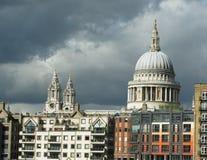 St. Pauls London unter bewölkten Himmeln Lizenzfreies Stockbild