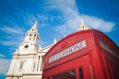 St Pauls, Londres y rectángulo rojo del teléfono Fotografía de archivo libre de regalías