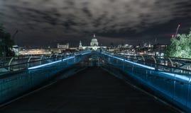 St Pauls på natten Royaltyfria Bilder