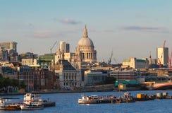 Купол собора St Pauls через Реку Темза солнцем раннего вечера, Лондоном стоковая фотография rf