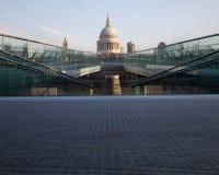 St Pauls y puente del milenio Fotos de archivo