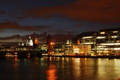 St Pauls z Thames rzeką przy nocą Obrazy Royalty Free