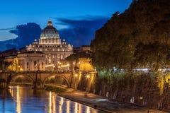 St Peter's大教堂在晚上在罗马,意大利 库存图片
