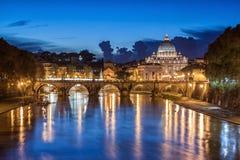 St Peter's大教堂在晚上在罗马,意大利 免版税库存图片