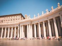 St Peter's梵蒂冈的广场柱廊 免版税图库摄影