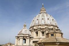St Peter & x27; купол базилики s, конец вверх st vatican peter rome s фонтана города bernini базилики предпосылки квадратный Стоковое фото RF