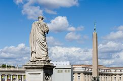 St Peter против obelisc в Ватикане стоковые изображения