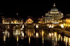 St Peter Basilica bij nacht Royalty-vrije Stock Afbeelding