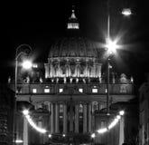 St Peter Basilica bij nacht, de stad van Vatikaan, Italië Royalty-vrije Stock Foto
