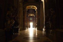 St. Peter Basilica, Vatikan - 28. August 2017: Innenansicht auf der des Eingangs zur Basilika - Tür des Todes - durch a stockfotos