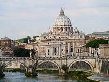 St. Peter Basiliek en Rivier Tiber Stock Afbeeldingen