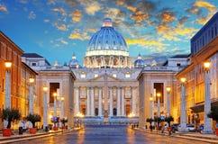 St Peter Basiliek in Rome door via della Conciliazione, Ro Royalty-vrije Stock Foto's