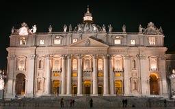St Peter bazylika w watykanie przy nocą zdjęcia royalty free