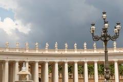 St Peter bazyliki kolumnada w Watykan obraz stock