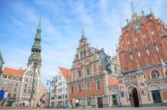St Peter Church y casa de las espinillas en la ciudad Hall Square (ciudad vieja) en Riga, Letonia fotografía de archivo