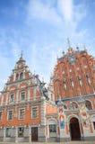 St Peter Church y casa de las espinillas en la ciudad Hall Square (ciudad vieja) en Riga, Letonia fotos de archivo libres de regalías