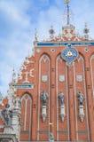 St Peter Church y casa de las espinillas en la ciudad Hall Square (ciudad vieja) en Riga, Letonia foto de archivo libre de regalías