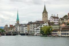 St Peter Church y nuestra señora Church - Zurich Imágenes de archivo libres de regalías