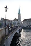 St Peter Church a Zurigo con un ponte Immagini Stock Libere da Diritti