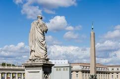 St Peter contro il obelisc nel Vaticano Immagini Stock