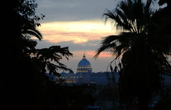 St Peter e sua abóbada legendária dominam no por do sol em Roma, como visto de Pincio Imagem de Stock