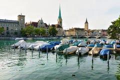 St Peter Fraumunster Church e barcos em Limmat Zurique imagens de stock