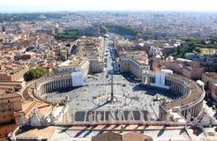 Egyptisk obelisk på piazzaen San Pietro i Rome, Italien Arkivbilder