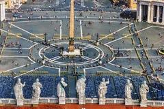 St Peter kwadrat i statuy Apostoles na kopule o obrazy royalty free