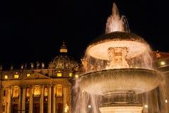 St Peter kwadrat z fontanną przy nocą fotografia stock