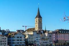 St Peter kyrktar, den gamla staden av ZÃ-¼rich, Schweiz arkivbild