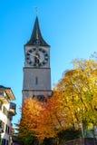 St Peter kyrktar, den gamla staden av ZÃ-¼rich, Schweiz royaltyfria foton