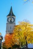 St Peter kyrktar, den gamla staden av ZÃ-¼rich, Schweiz arkivbilder