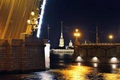 St Peter och Pavel domkyrka och rörlig bro i St-Petersbur Arkivfoton