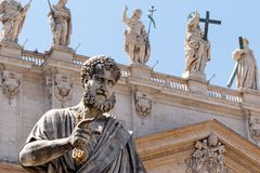 St Peter que guarda a chave à igreja fotografia de stock royalty free