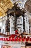 St- Peter` s Baldachin in der Basilika vatican Stockfoto