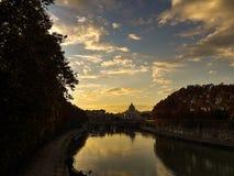 St Peter ` s Basiliek bij zonsondergang, Vatikaan Royalty-vrije Stock Afbeelding