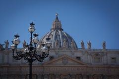 St Peter ` s Basiliek, sneeuw op de straatlantaarn stock foto