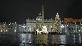 St- Peter` s Basilika, der Weihnachtsbaum und die Krippe stock footage