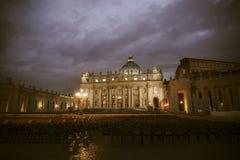 St Peter s basilika på natten Arkivfoton