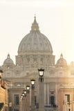 St Peter & x27; s-basilikan glöder på solnedgången Arkivbild