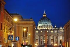 St Peter ` s bazyliki nocy widok, Rzym, Włochy Fotografia Stock